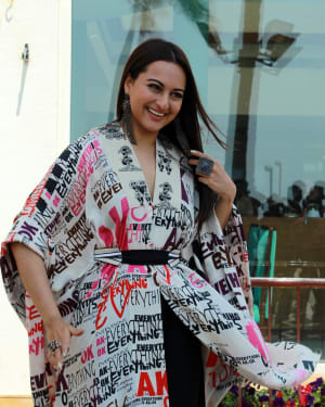 Sonakshi Sinha - Photos: Kalank Team Spotted at Sun-n-Sand | 1641973