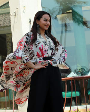 Sonakshi Sinha - Photos: Kalank Team Spotted at Sun-n-Sand | 1641968