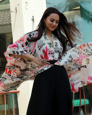 Sonakshi Sinha - Photos: Kalank Team Spotted at Sun-n-Sand | 1641962