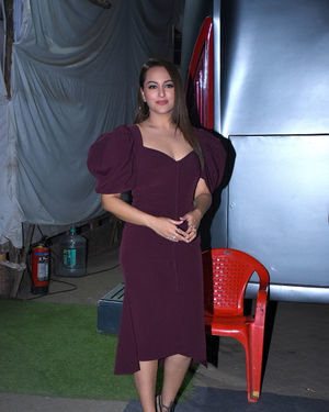 Sonakshi Sinha - Photos: Success Interview Of Film Dabangg3 At Mehboob Studio | Picture 1710820