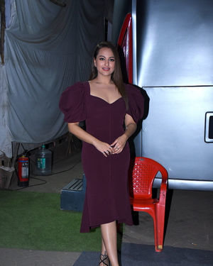 Sonakshi Sinha - Photos: Success Interview Of Film Dabangg3 At Mehboob Studio | Picture 1710819