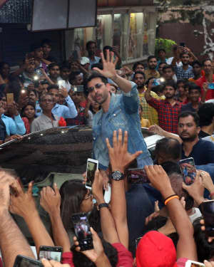 Photos: Hrithik Roshan Visits Gaiety To Meet The Fans