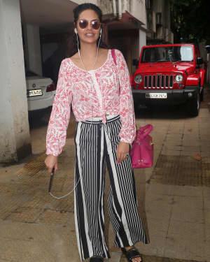 Esha Gupta - Photos: Celebs Spotted at Bandra