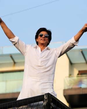 Photos: Shahrukh Khan Wishes Eid Mubarak To Fans Outisde Mannat