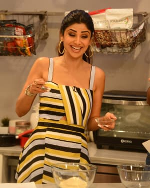 Photos: Shilpa Shetty Celebrates The 100 Episodes Of Cook Along At Big Bazaar | Picture 1652597