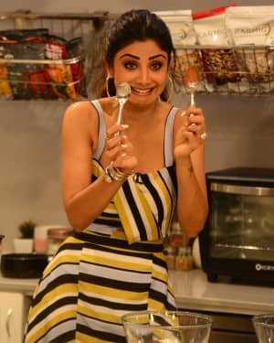 Photos: Shilpa Shetty Celebrates The 100 Episodes Of Cook Along At Big Bazaar | Picture 1652598