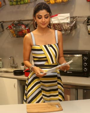 Photos: Shilpa Shetty Celebrates The 100 Episodes Of Cook Along At Big Bazaar | Picture 1652593