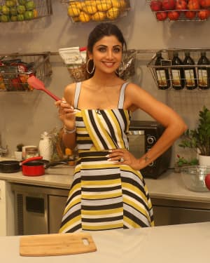 Photos: Shilpa Shetty Celebrates The 100 Episodes Of Cook Along At Big Bazaar | Picture 1652595