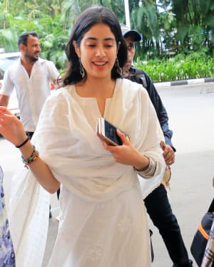 Janhvi Kapoor - Photos: Celebs Spotted At Airport In Santacruz | Picture 1654889