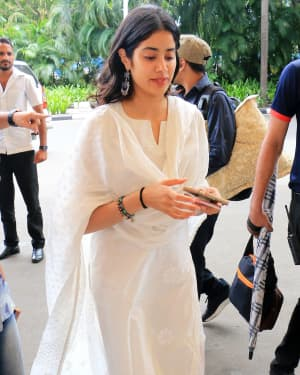 Janhvi Kapoor - Photos: Celebs Spotted At Airport In Santacruz | Picture 1654887