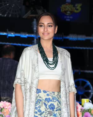 Sonakshi Sinha - Photos: Promotion Of Film Kalank on the sets of Super Dancers Chapter 3