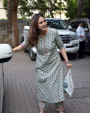 Photos: Sara Ali Khan Spotted At Anand L Rai Office | Picture 1703122