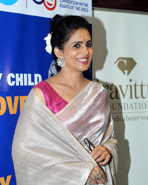 Sonali Kulkarni - Photos: Press Conference Of Gravittus Foundation & UNICEF On Child Rights | Picture 1690749