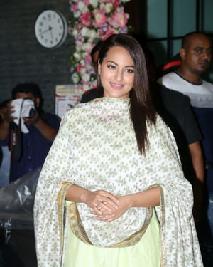 Sonakshi Sinha - Photos: Bollywood Celebs At Arpita Khan's Home For Ganesh Chaturthi