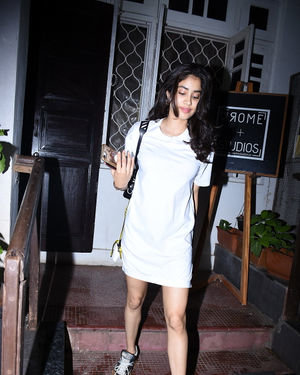 Janhvi Kapoor - Photos: Celebs Spotted at Bandra | Picture 1684003