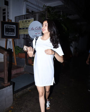 Janhvi Kapoor - Photos: Celebs Spotted at Bandra | Picture 1684004