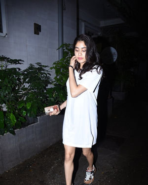 Janhvi Kapoor - Photos: Celebs Spotted at Bandra | Picture 1684005