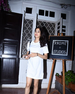 Janhvi Kapoor - Photos: Celebs Spotted at Bandra | Picture 1684002