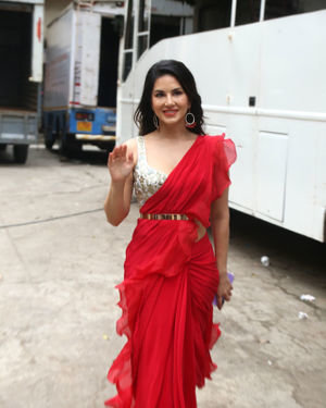 Sunny Leone - Photos: Nawazuddin And Sunny Leone Spotted At Film City For Promotional Song Shooting | Picture 1687383