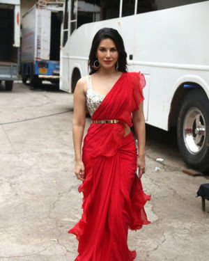 Sunny Leone - Photos: Nawazuddin And Sunny Leone Spotted At Film City For Promotional Song Shooting | Picture 1687384