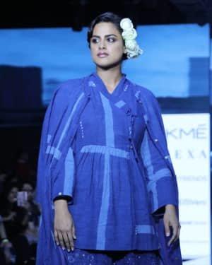Photos: Neha Mahajan Walks Ramp For Jayati Goenka At LFW 2020 | Picture 1720277