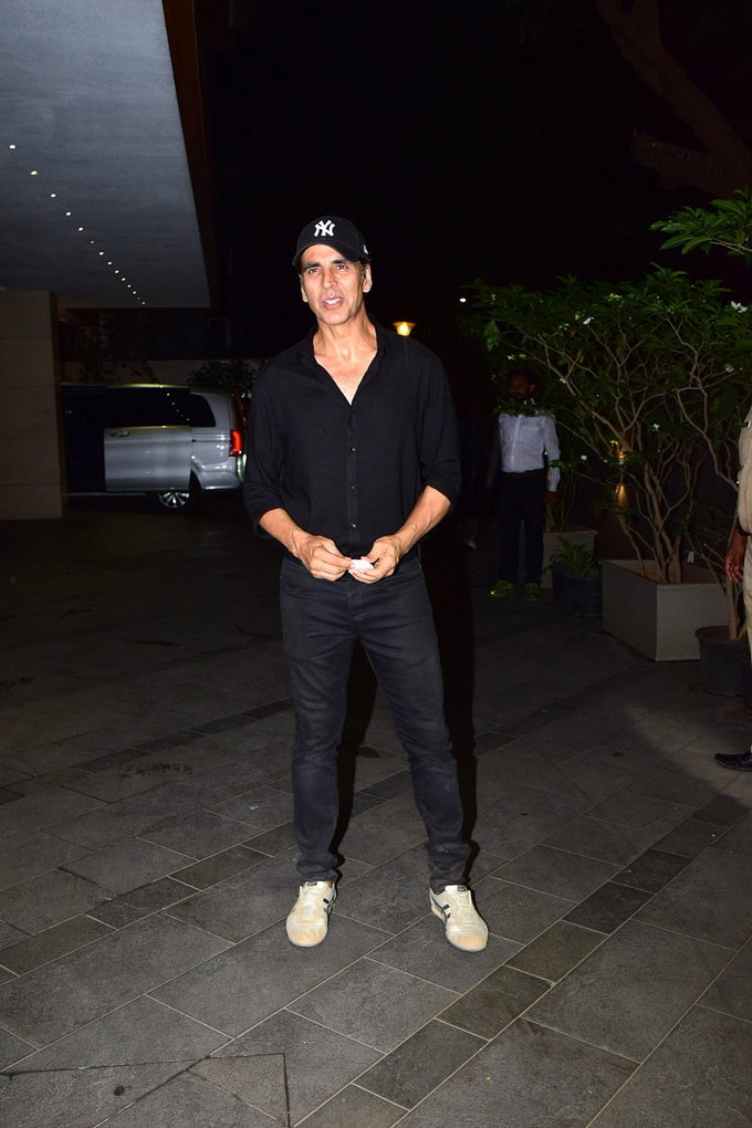 Akshay Kumar - Photos: Coolie No 1 Wrap Up Party At Jackky Bhagnani's House | Picture 1724219