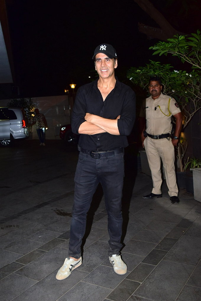 Akshay Kumar - Photos: Coolie No 1 Wrap Up Party At Jackky Bhagnani's House | Picture 1724222