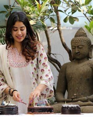 Photos: Jhanvi Kapoor Celebrates Her Birthday With Media | Picture 1725309