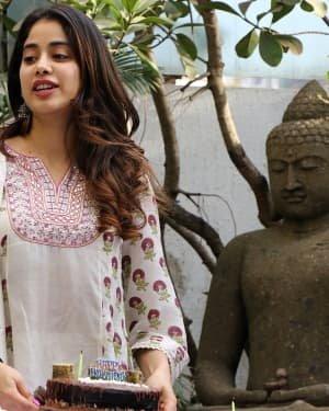 Photos: Jhanvi Kapoor Celebrates Her Birthday With Media | Picture 1725311