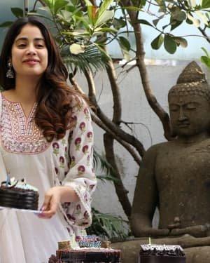 Photos: Jhanvi Kapoor Celebrates Her Birthday With Media | Picture 1725313