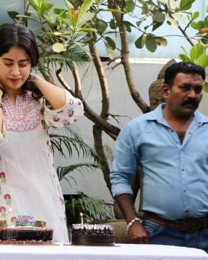 Photos: Jhanvi Kapoor Celebrates Her Birthday With Media | Picture 1725316