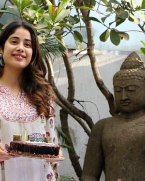 Photos: Jhanvi Kapoor Celebrates Her Birthday With Media | Picture 1725312