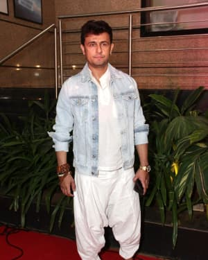 Sonu Nigam - Photos: Celebs At The Premiere Of The Musical Theater 'umrao Jaan' | Picture 1649709